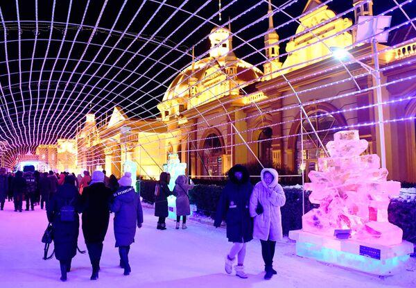 Гости международного фестиваля снега и льда в городе Маньчжурия