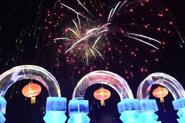 Фейерверк на международном фестивале снега и льда в городе Маньчжурия