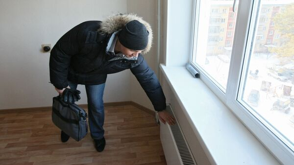 Проверка отопления в квартире. Архивное фото