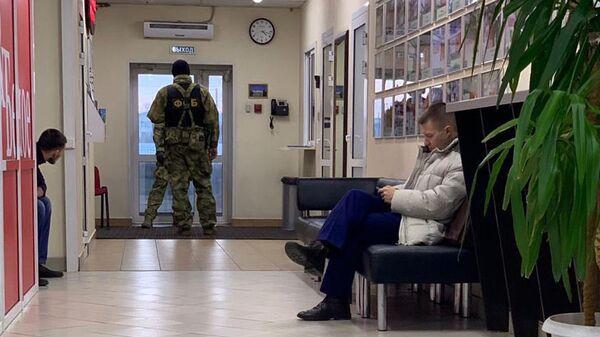 Сотрудники ФСБ в офисе компании Красное и белое