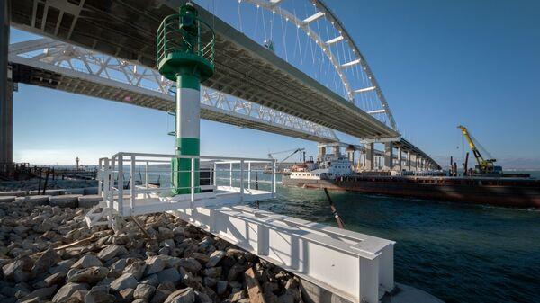 Проход судна под Крымским мостом