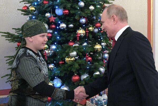 Президент РФ Владимир Путин и участник проекта Мечтай со мной Коля Кузнецов
