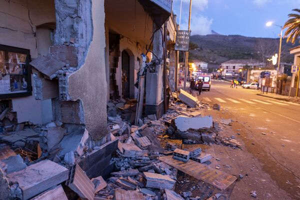 Разрушенные здания в городке Флери, наиболее пострадавшем при извержении вулкана Этна на Сицилии