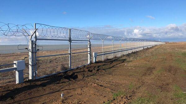Заграждение на российско-украинском участке границы на севере Крыма