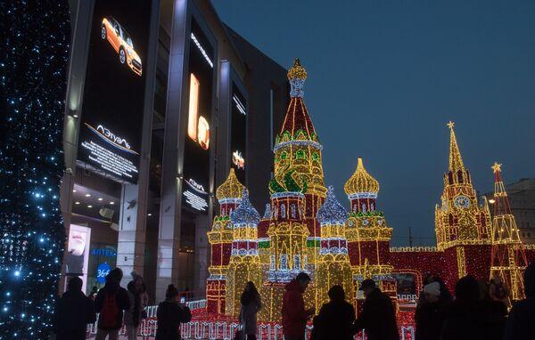 Новогодние декорации в виде Кремля, собора Василия Блаженного и Шаболовской телевизионной башни у торгово-развлекательного центра Европейский  на площади Киевского вокзала в Москве