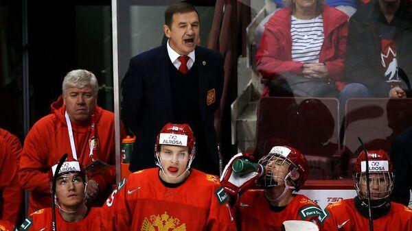 Главный тренер сборной России Валерий Брагин (в центре)