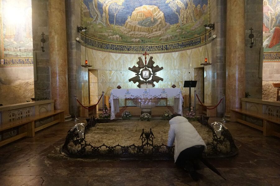 Иерусалим, Церковь Всех Наций и камень, на котором, согласно легенде, в последний раз молился Иисус Христос перед заключением под стражу