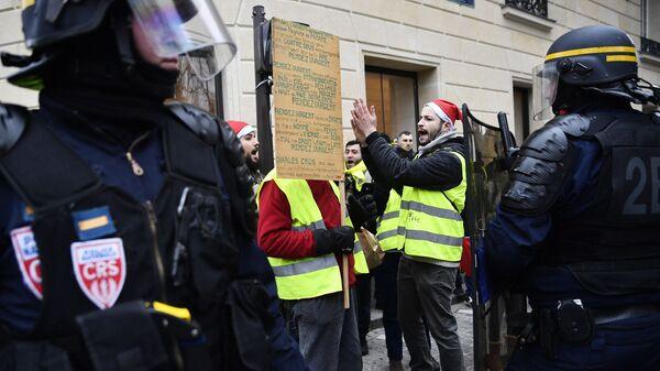 Участники протестной акции желтых жилетов в Париже. 29 декабря 2018