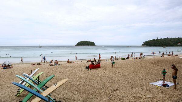 Отдыхающие на пляже Ката на острове Пхукет