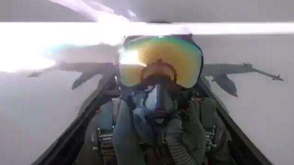 Молния попала в истребитель F-18 Hornet ВВС Кувейта (стоп-кадр видео)