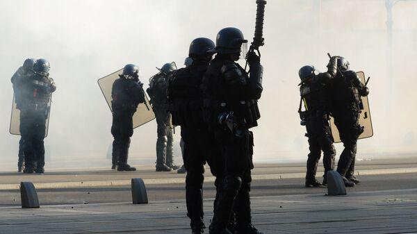 Сотрудники правоохранительных органов Франции во время протестной акции желтых жилетов