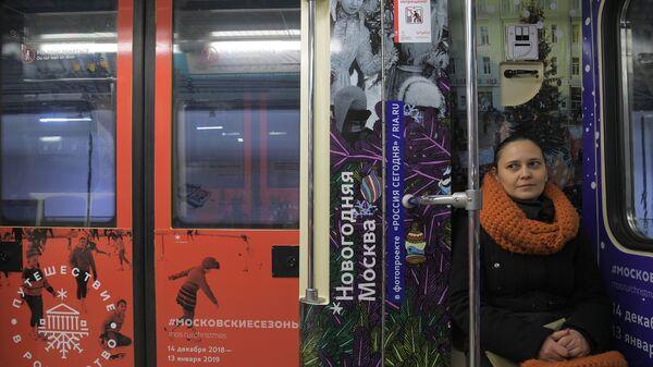 Девушка в вагоне нового тематического поезда Путешествие в Рождество-2019 в электродепо Красная Пресня в Москве