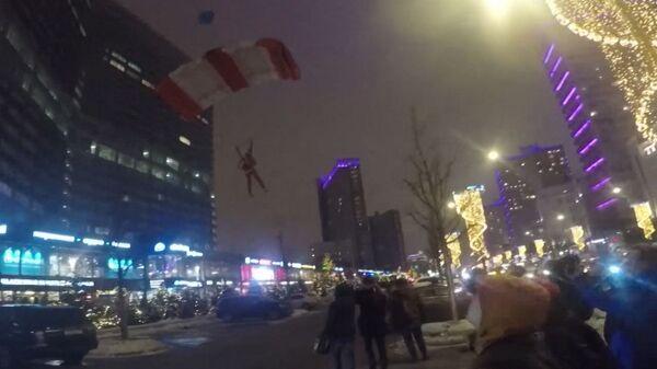 Деды Морозы на парашютах спустились с многоэтажки, чтобы  поздравить прохожих