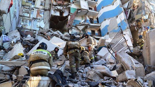 Сотрудники МЧС на месте обрушения одного из подъездов жилого дома в Магнитогорске. 31 декабря 2018