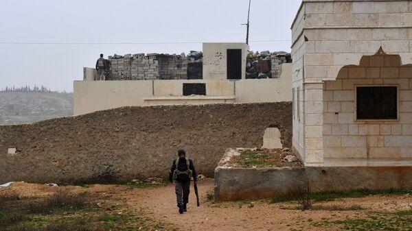 Военнослужащий сирийской армии на западе района Манбидж провинции Алеппо в Сирии