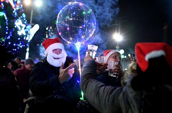 Люди во время празднования Нового года - 2019 в Ялте