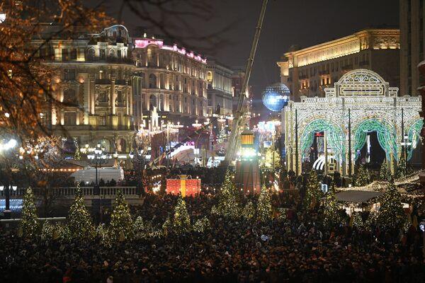 Горожане в преддверии встречи Нового года на Манежной площади в Москве
