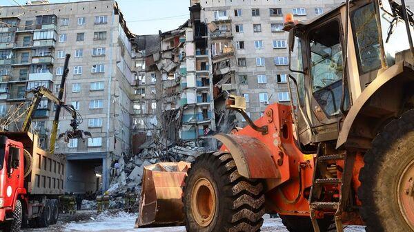 Специальная техника на месте обрушения одного из подъездов жилого дома на проспекте Карла Маркса в Магнитогорске