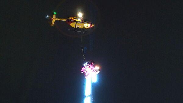 Вертолет приближается к вершине аттракциона с заблокированным людьми во французском городе Ренн. 31 декабря 2018
