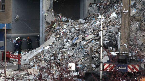Сотрудники МЧС РФ на месте обрушения одного из подъездов жилого дома в Магнитогорске, где произошел взрыв бытового газа. 1 января 2019