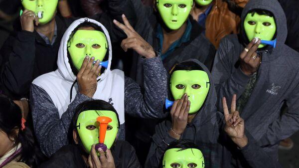 Люди празднуют приближение нНового года в Ахмадабад, Индия