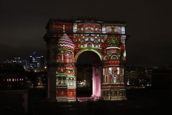 Световое шоу в новогоднюю ночь на Триумфальной арке в Париже