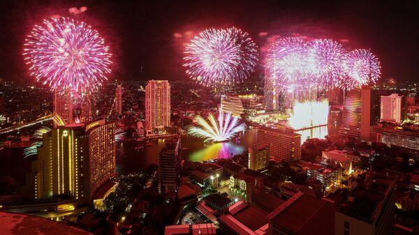 Фейерверки в честь встречи Нового года на реке Чаупхрая в Бангкоке, Таиланд