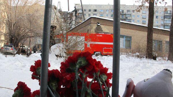 Цветы неподалеку от места обрушения одного из подъездов жилого дома на проспекте Карла Маркса дом 164 в Магнитогорске. 1 января 2019