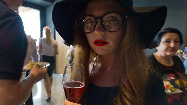 Девушка в дегустационном зале