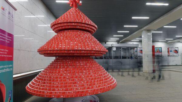 Елка, собранная из использованных билетов Единый в вестибюле станции Тургеневская московского метрополитена
