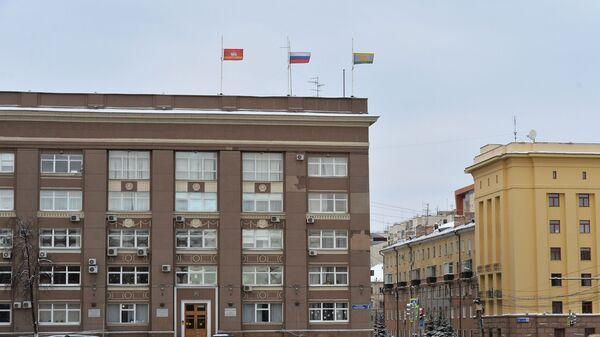 Приспущенные государственные флаги на административном здании в Челябинске в связи с трауром по погибшим при обрушении дома в Магнитогорске. 2 января 2019