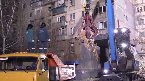 Поисковые работы и разбор завалов сотрудниками МЧС РФ на месте обрушения одного из подъездов жилого дома в Магнитогорске, где произошел взрыв бытового газа. 2 января 2018