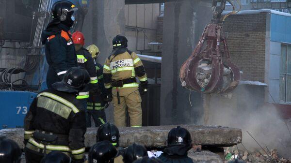 Сотрудники МЧС РФ на месте обрушения одного из подъездов жилого дома в Магнитогорске. 3 января 2019