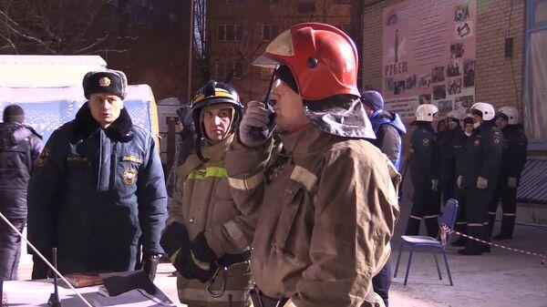 Сотрудники МЧС работают на месте обрушения одного из подъездов жилого дома в Магнитогорске. 3 января 2019