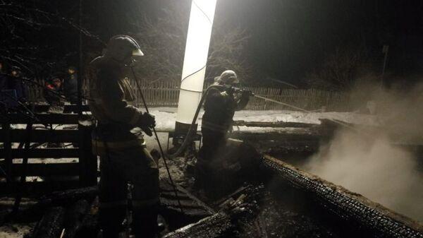 Сотрудники МЧС во время ликвидации последствий пожара в населенном пункте Большое Боротно Окуловского района. 4 января 2019