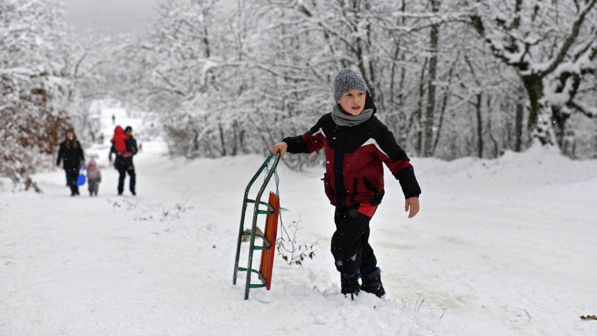 Мальчик с санками - РИА Новости, 1920, 02.12.2020