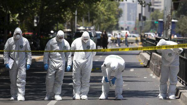 Полиция осматривает место происшествия после взрыва на автобусной остановке в центре Сантьяго, Чили. 4 января 2019