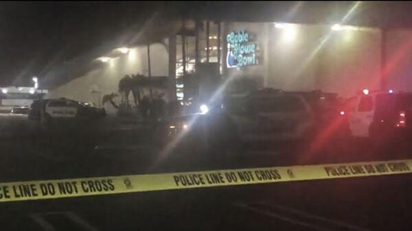 Полиция на месте стрельбы в боулинге в калифорнийском городе Торранс, США