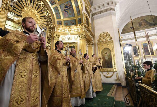 Священнослужители во время Рождественского богослужения в Спасо-Преображенском соборе всей гвардии в Санкт-Петербурге. 7 января 2019