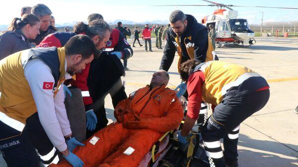 Медики оказывают помощь пострадавшему моряку в местный аэропорту в Самсуне, Турция. 7 января 2019