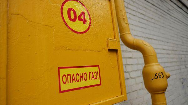 Труба газопровода на фасаде здания