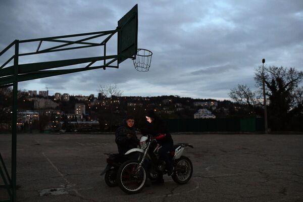 Подростки на баскетбольной площадке в Ялте