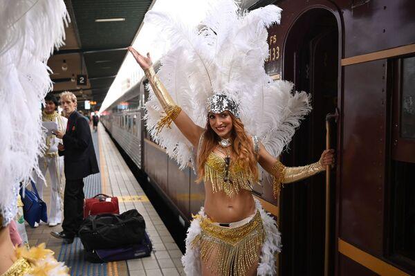Поклонники Элвиса на вокзале в Сиднее перед отправлением поезда на фестиваль в Паркес