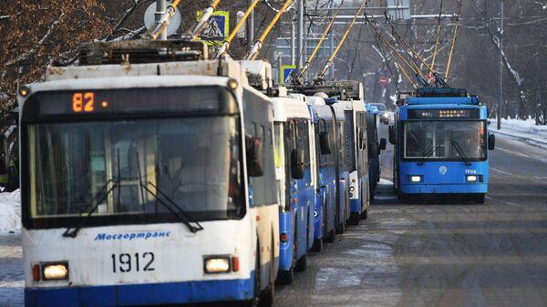 Троллейбусы стоят в пробке в связи с подтоплением Тушинского тоннеля после провала грунта в шлюзе №8 канала имени Москвы
