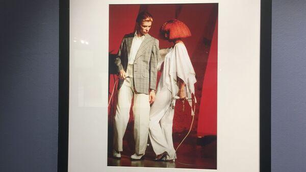 Фотография с выставки Дэвид Боуи. Человек, который упал на Землю, сделанная известным американским фотографом Стивом Шапиро в Центре фотографии имени братьев Люмьер