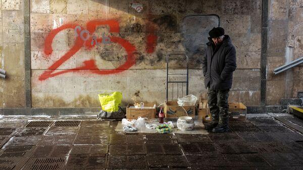 Пожилой мужчина торгует в подземном переходе в центре Киева. 9 января 2019