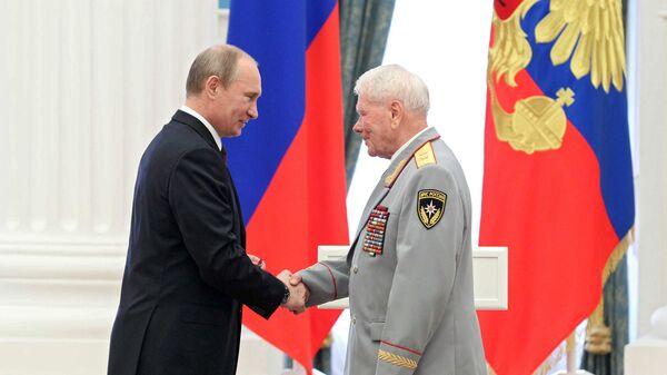 Президент России Владимир Путин и генерал-лейтенант в отставке Дмитрий Михайлик