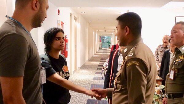 Бежавшая из Саудовской Аравии 18-летняя девушка Рахаф Альканун