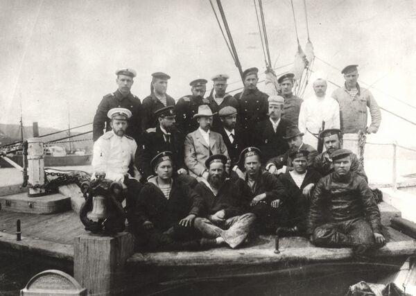 Участники экспедиции Толля на борту шхуны Заря. В верхнем ряду: третий слева над Толлем — Колчак