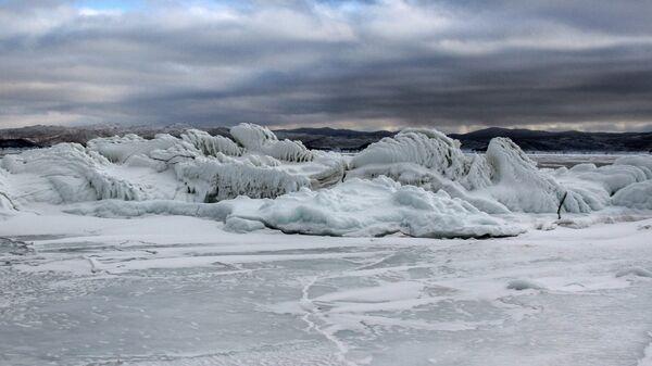 Лед на прибрежных скалах замерзшего озера Байкал